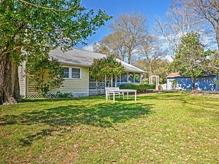 Delightful 3BR Northwest Houston Farmhouse w/Wifi, Large Screened Porch & Peaceful Views - Tranquil Rural Location! Easy Access to Numerous Area Attractions - Tomball vacation rentals