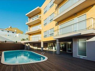 Luxuoso Apartamento T1   Piscina Comum   Apenas a 7 min a pe da praia - Sao Martinho do Porto vacation rentals