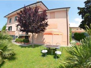 Casa in collina con bellissima vista mare, grande giardino e free wifi - Massarosa vacation rentals