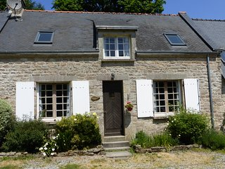 Luxury cottage with large shared heated pool set in 30 acres - Guemene-sur-Scorff vacation rentals