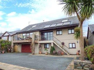 CAE CERRIG, detached, en-suite facilities, WiFi, balcony, patio with hot tub, Dyffryn Ardudwy, Ref 6333 - Dyffryn Ardudwy vacation rentals