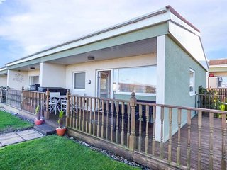 40 RAINBOWS END, private decking with furniture, all ground floor, close to amenities, Bacton, Ref 949586 - Bacton vacation rentals
