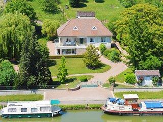 Villa Castel Danynou aboard the Canal du Nivernais - Cercy-la-Tour vacation rentals