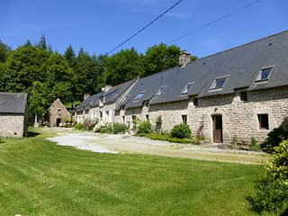 5 stone cottages with large heated pool set in 30 acres - Guemene-sur-Scorff vacation rentals
