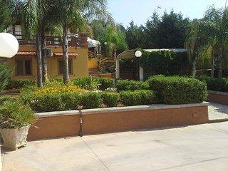 Villetta 5 posti con gazebo e parcheggio adatta a famiglie a 6 km dal mare - San Simone vacation rentals