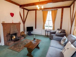 GARDENERS COTTAGE, pet-friendly, character holiday cottage, with a garden in Talhenbont Hall Country Estate, Ref 383 - Chwilog vacation rentals