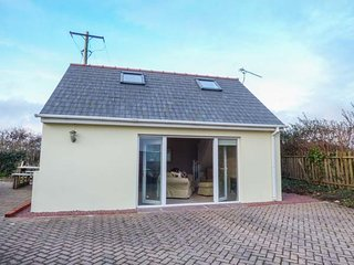 BURGAGE GREEN, detached cottage, WiFi, pet-friendly, near beaches, Ref 931438 - St Ishmaels vacation rentals