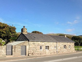 HWYLFA'R GROES, detached, woodburners, pet-friendly, WiFi, nr Barmouth, Ref. 938324 - Barmouth vacation rentals