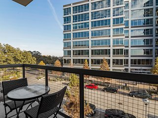 Modern Luxury at Uptown! Large 2/2 w/ Full Amenities! Walk Everywhere! 3UP2CFG - Austin vacation rentals