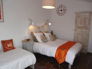 Chambre Sanur  ,  La Petite Maison derrière les Buis - Gras vacation rentals