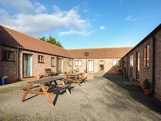 THE STABLE, all ground floor, open plan living, shared courtyard with picnic benches, Caistor, Ref 950234 - Caistor vacation rentals