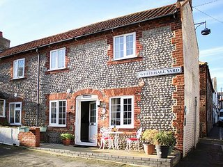 CAPTAIN'S COTTAGE, end-terrace, centre of town, romantic bedroom en-suite, in Sheringham, Ref 935393 - Sheringham vacation rentals