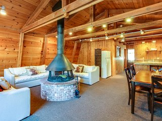 Beautiful cabin home w/ wood-burning fireplace, deck, & gas grill! - South Lake Tahoe vacation rentals