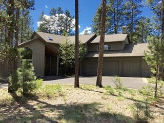 Gorgeous 5 Bedroom/5 Bathroom Pet-Friendly Home w/Hot Tub, A/C, Bikes & More! - Sunriver vacation rentals