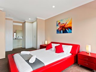 POINT COOK VILLAS - MELBOURNE, Brand New and Modern, 5 Bdrm, 25min to CBD - Point Cook vacation rentals
