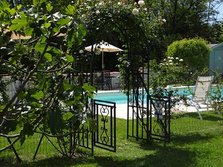 Sunny holiday villa with beautiful heated pool - Lorignac vacation rentals
