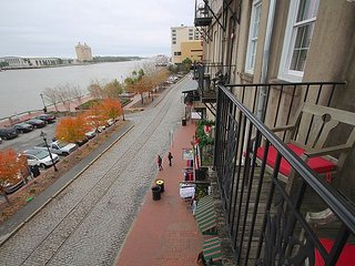Overlooking Riverstreet, Free private Parking, free WiFi - Savannah vacation rentals
