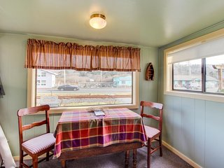 Charming cottage w/central location, mountain views & beach access across street - Rockaway Beach vacation rentals