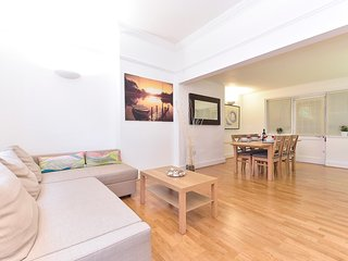 Bright 3 bedroom Islington Apartment with Internet Access - Islington vacation rentals