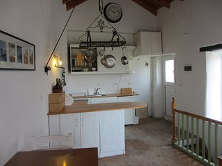 Bright 2 bedroom Chlomos Cottage with Washing Machine - Chlomos vacation rentals