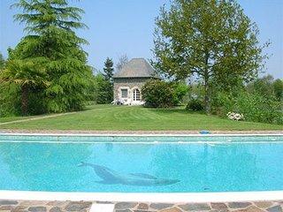 Pavillon T2 dans parc avec piscine & étang - Roz-Landrieux vacation rentals