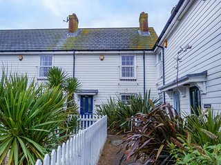 HAKUNA MATATA, pet-friendly, enclosed garden, close to beach, in Camber, Ref 950784 - Camber vacation rentals