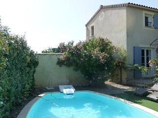 Charmante petite bastide de charme  PONT SAINT ESPRIT  avec piscine privée - Pont-Saint-Esprit vacation rentals