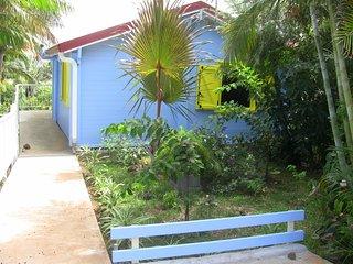 LES CITRONS : Chalet BLEU tout confort / Parc 2300m2 / Piscine / Parking prive - Saint-Pierre De La Reunion vacation rentals
