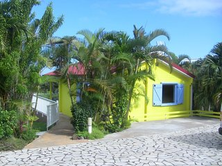 LES CITRONS: CHALET JAUNE / PARC 2300M2/ Piscine/ Parking privé - Saint-Pierre De La Reunion vacation rentals