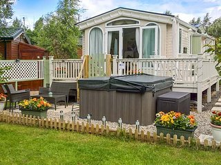 BRAMBLES, detached lodge, pet-friendly, hot tub, all ground floor, Felton, Ref 944717 - Felton vacation rentals