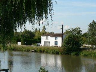 30mn La Rochelle,Marais Poitevin très beau gîte en bord de rivière.Grand jardin - La Ronde vacation rentals
