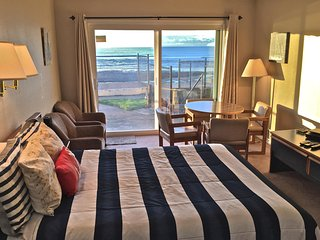 Octopus in Boots - Cute Condo RIGHT on the Beach! - Lincoln City vacation rentals