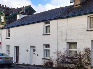 ANNIVERSARY COTTAGE, mid-terrace, grade II listed, WiFi, in Ambleside, Ref 916419 - Ambleside vacation rentals