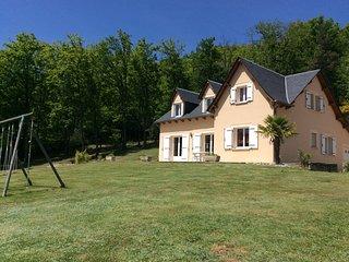 Gîte Pratnau  Maison de vacances pour 14 personnes, confortable 3*, au calme - Banassac vacation rentals