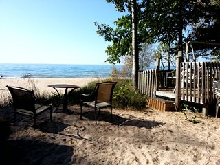 Nice Cottage with Deck and Internet Access - Balm Beach vacation rentals