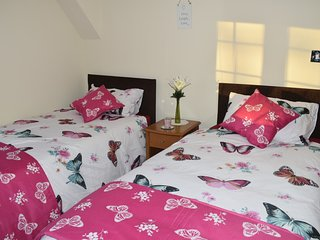 cosy twin or double rooms with en-suit bathroom and kitchennet - Greenford vacation rentals