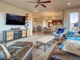Spacious home w/shared 2-tiered pool, 20-person hot tub! - Santa Clara vacation rentals