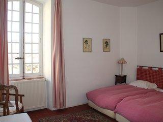 Grande Chambre dans les Remparts - Simiane-la-Rotonde vacation rentals