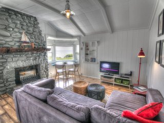 Quaint Ocean Front Cottage with Private Hot Tub! FREE NIGHT! - Yachats vacation rentals