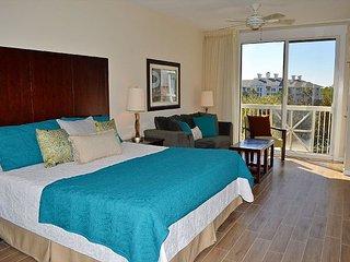 New flooring and decor ~ huge pool ~ walk to Baytowne Wharf - Miramar Beach vacation rentals