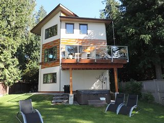 A contemporary home with a beachy feel. 3 bedrooms sleeps 6 private hot tub - Christina Lake vacation rentals