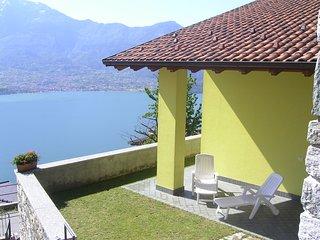 Intima casetta (GIALLA) con stupenda vista lago - zona soleggiata e tranquilla. - Trezzone vacation rentals