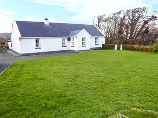 AT THE CROSSROADS detached cottage, well-equipped, en-suite, open plan, WiFi - Louisburgh vacation rentals