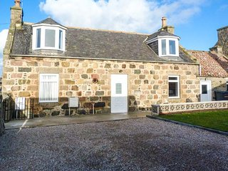 COASTAL COTTAGE, coastal, ground floor bathroom, WiFi, in St. Combs near Fraserburgh, Ref 951822 - Fraserburgh vacation rentals