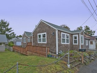 Cozy & affordable 2 bedroom beach cottage in the heart of Seaside, Oregon! - Seaside vacation rentals