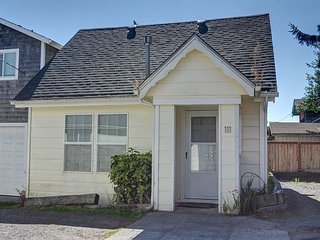Cozy pet friendly cottage w/ easy beach access perfect for a couples retreat! - Seaside vacation rentals