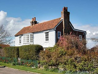 CORDWAINERS, detached spacious property, enclosed garden, lovely views in Winchelsea, Ref 947807 - Winchelsea vacation rentals