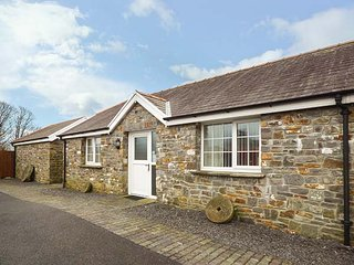 YSGUBOR, shared enclosed courtyard, open plan living, close to beach, Llanelli, Ref 950259 - Llanelli vacation rentals