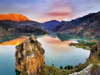 Stunning Lake & Mountain Views - 20 mins from historic centre of Granada. Wifi! - Guejar Sierra vacation rentals