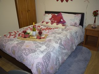 Cosy and bright ROMANTIC room with toilet and kitchennet - Greenford vacation rentals